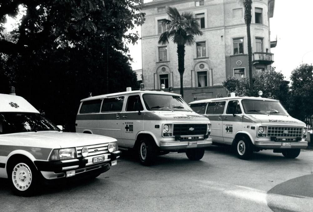 1980 - Veicoli davanti al vecchio Ospedale Civico
