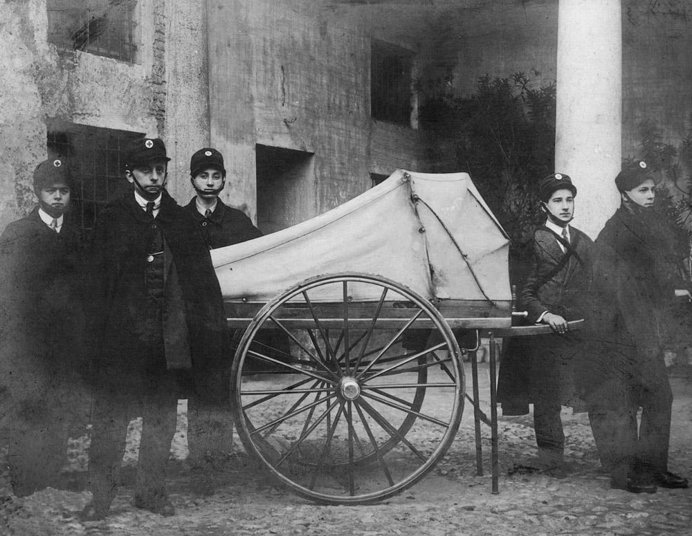 """1910 - Lettiga a mano, chiamata dai militi """"Il Cannoncino"""""""