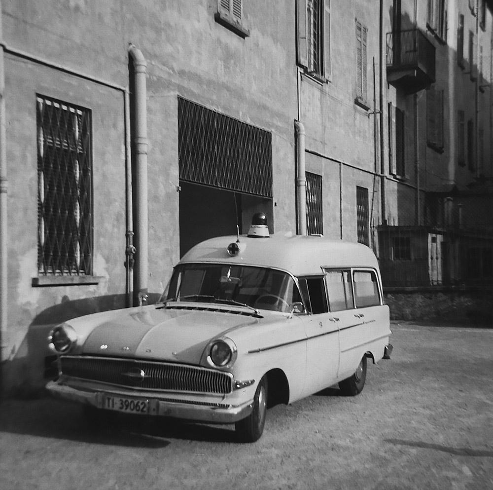 1966 - Autoambulanza nel cortile del Quartiere Maghetti